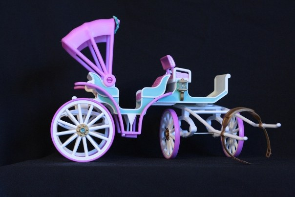 Carriage; Accessories: 2 sets of wheel/axels, 2 spring shocks, 1 harness bar and strap, 1 very plain rectangular turquois trunk with hinged lid.  <br/>Notes: Accessories list all parts that come disassembled, the trunk is the only thing that doesn't physically snap or attach to the carriage.